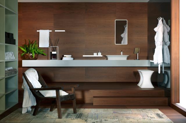 Bagno con rivestimento in legno